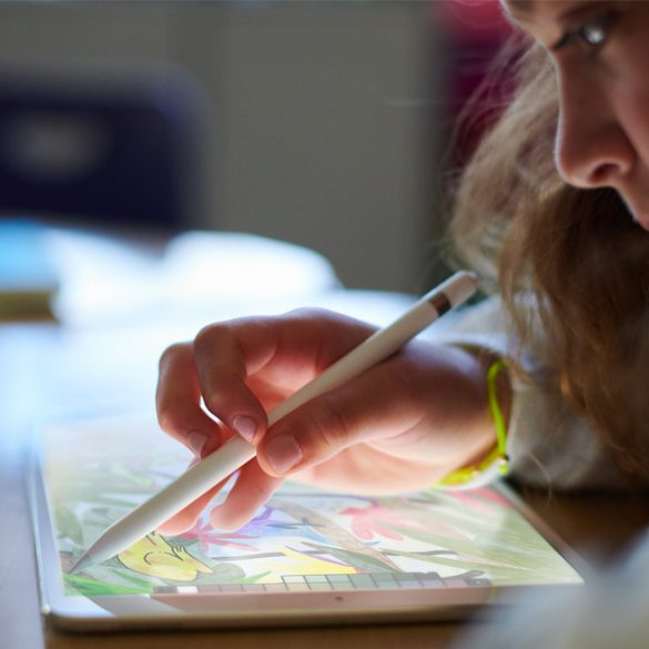 Child drawing on new 2018 iPad with Apple Pencil